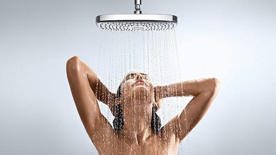 sprchující se žena